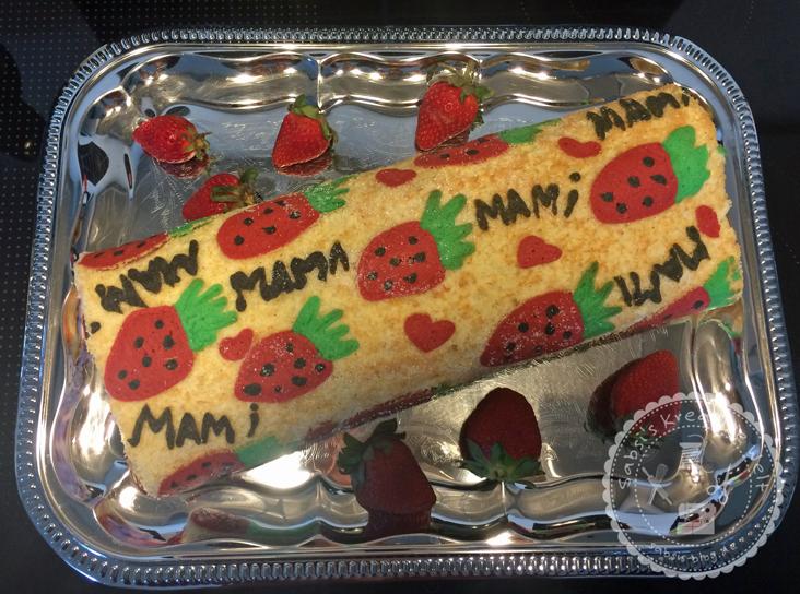 Biskuit-Sahne-Rolle mit Erdbeeren zu Muttertag