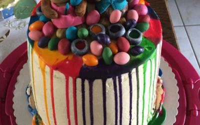 Drip Cake – Ostertorte mit bunten Regenbogenfarben und Häschen